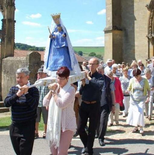 La vierge est portée en procession lors du pèlerinage du 16 juillet à Avioth.