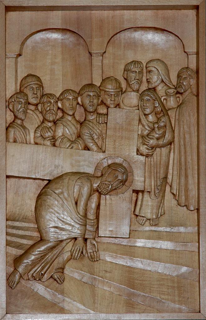 Troisième station : Jésus tombe pour la première fois. Gravure sur bois, église Notre-Dame du Travail, Paris.