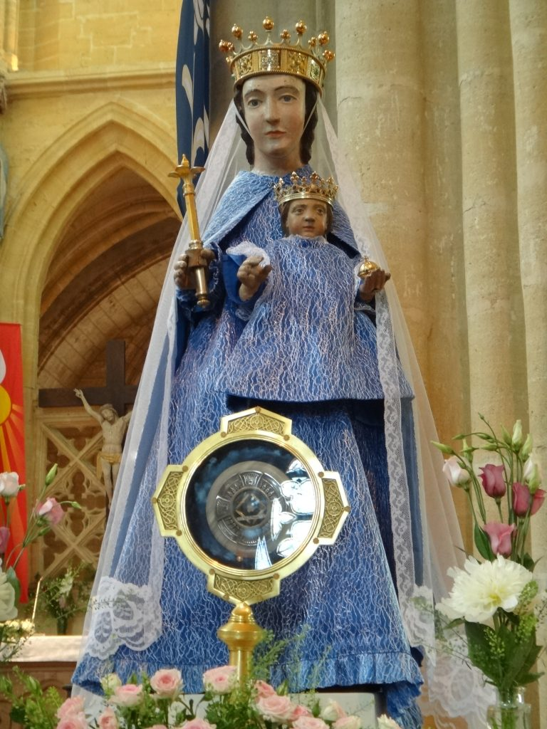 Notre Dame d'Avioth parée pour le Pèlerinage.